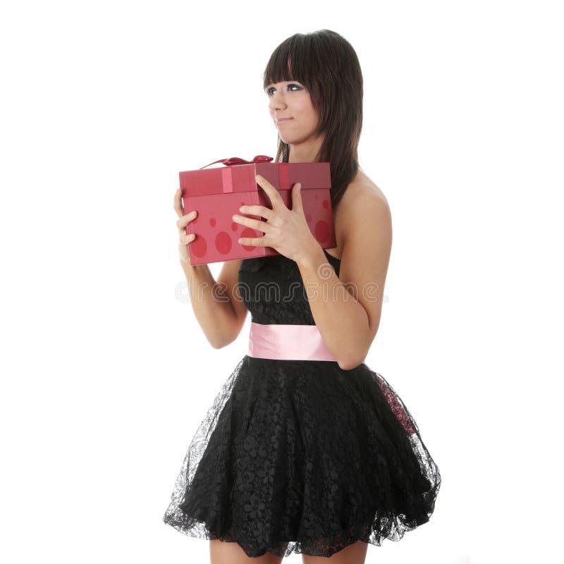Jeune femme élégant dans la robe noire avec le cadeau image stock