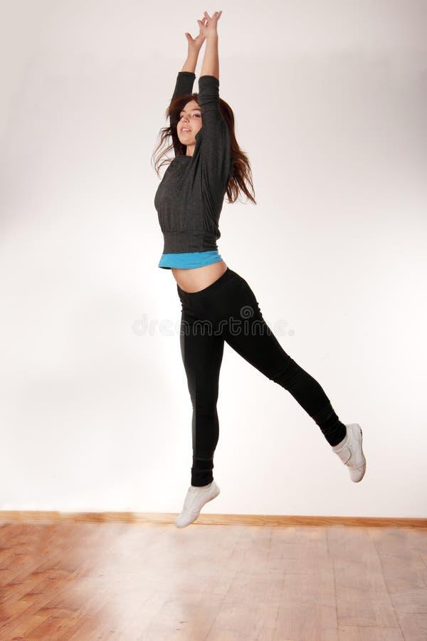 Jeune femme élégant dansant la danse moderne photo stock
