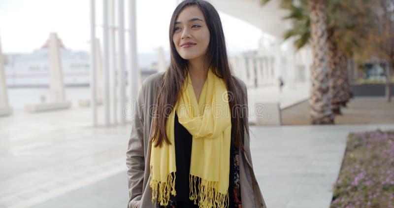 Jeune femme élégante appréciant une promenade en ville photos stock