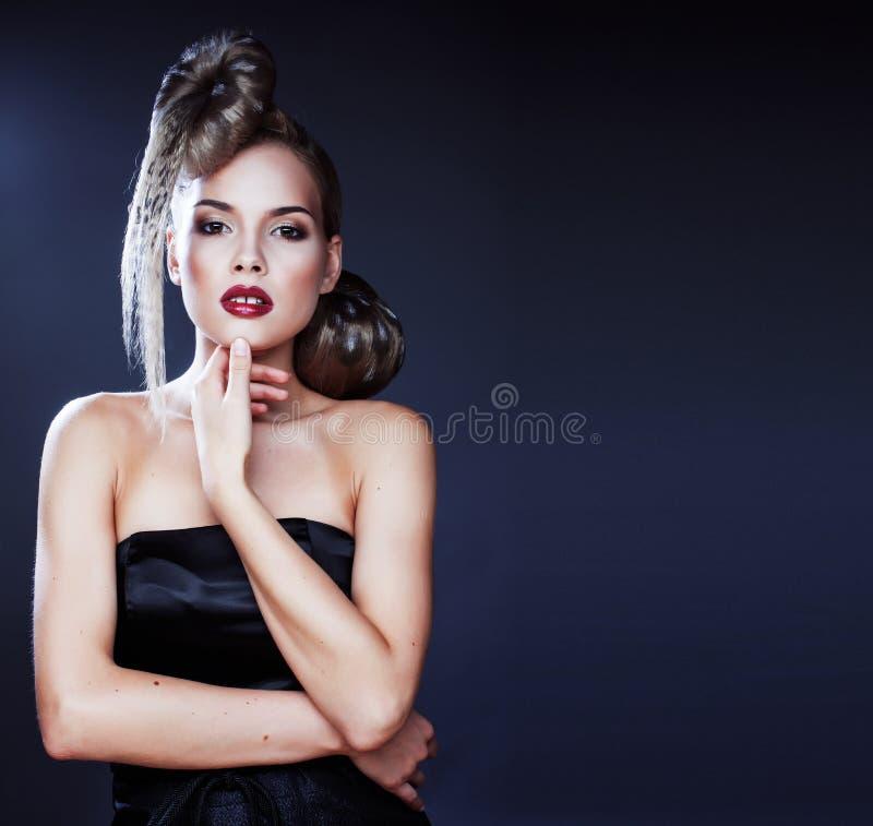 Jeune femme élégante avec la copie créative de léopard de coiffure photo stock