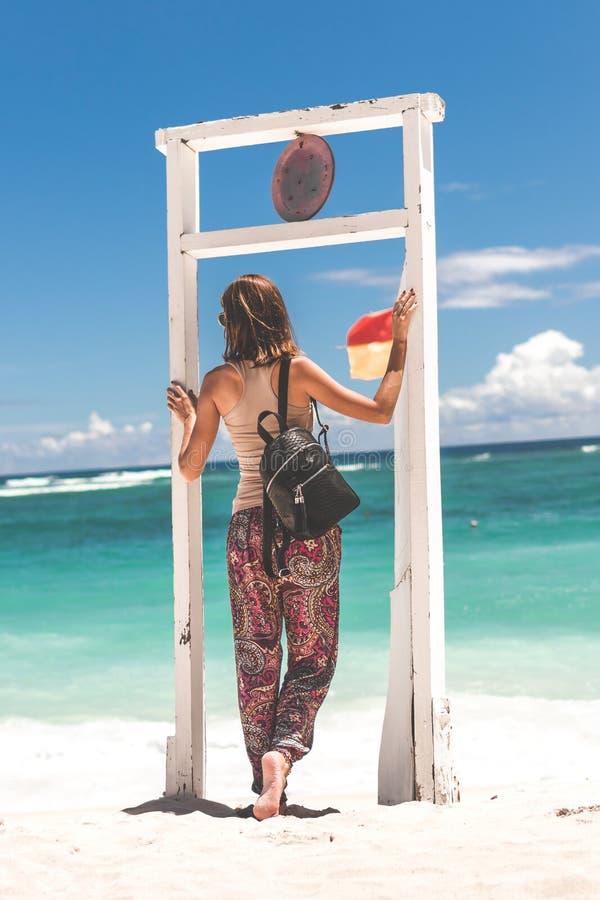 Jeune femme élégante avec le python de luxe de peau de serpent sur la plage Île de Bali photos libres de droits