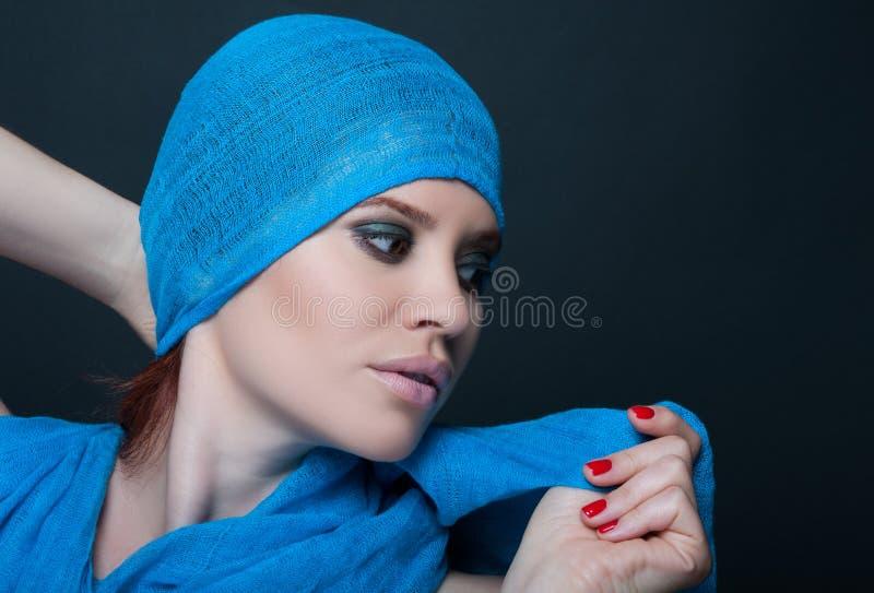 Jeune femme élégante avec le regard et le maquillage à la mode image stock
