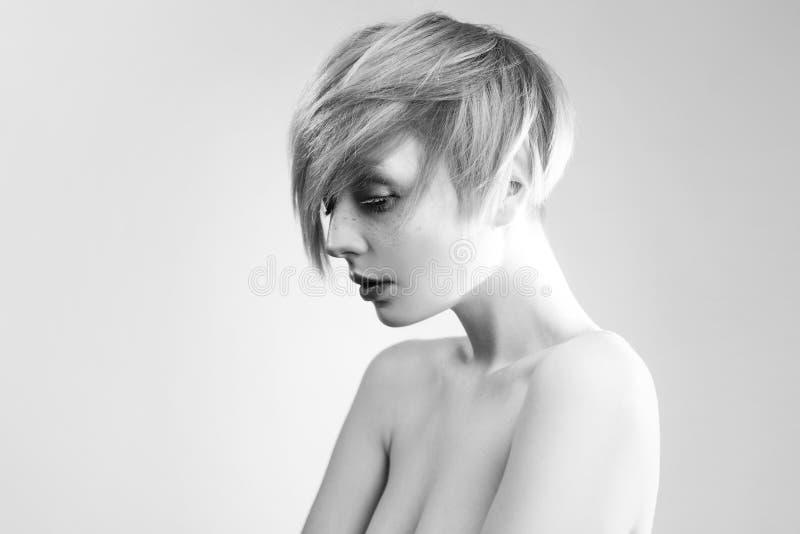 Jeune femme élégante avec les cheveux courts, plan rapproché image stock