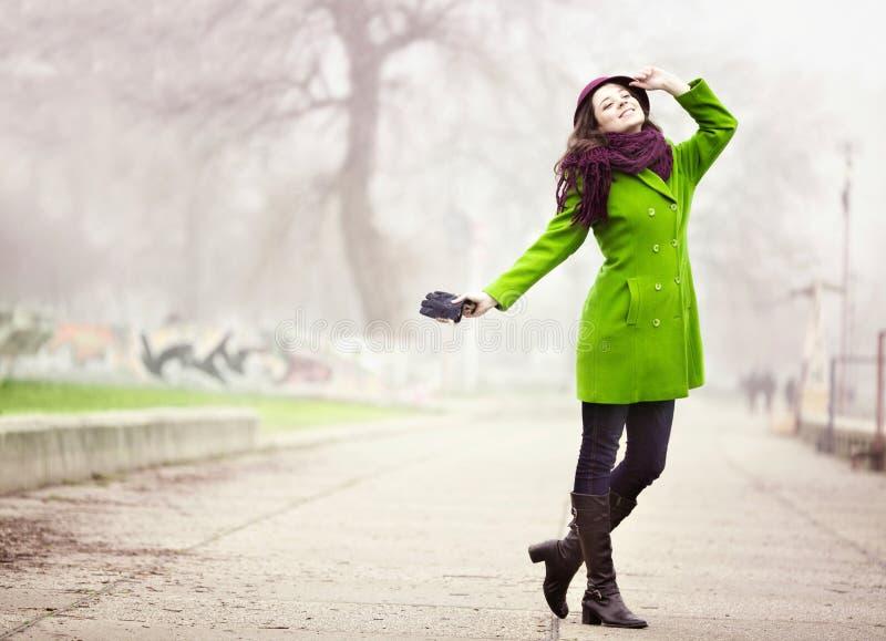 Jeune femme élégante dans Autumn Day brumeux photographie stock libre de droits
