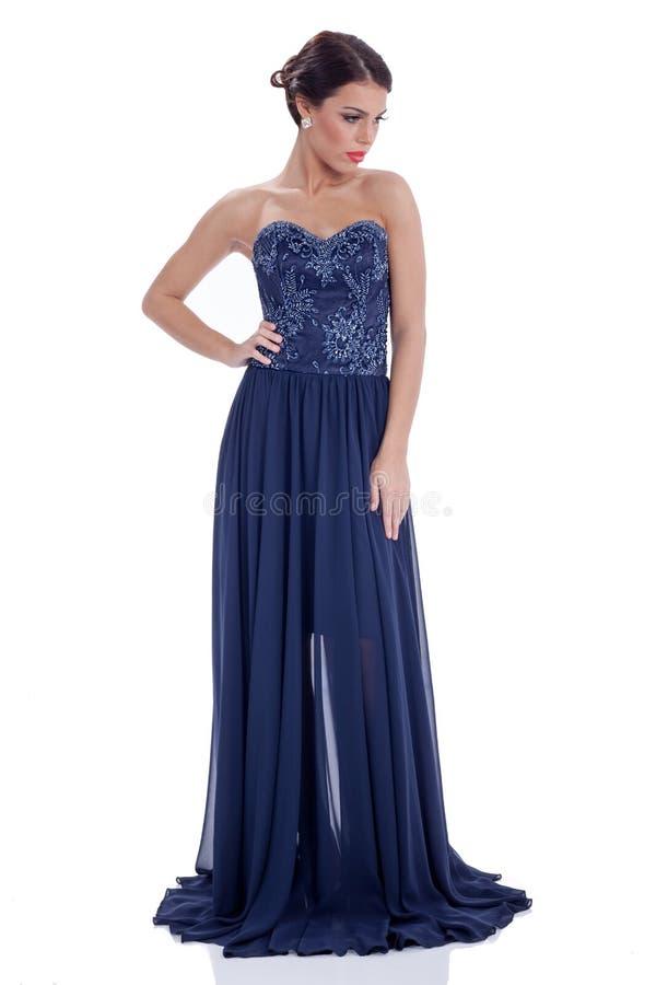 Jeune femme élégante dans la longue robe bleu-foncé image libre de droits