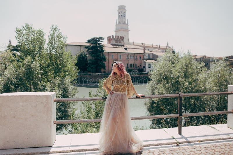 jeune femme élégante dans la robe fascinante posant à la rivière image libre de droits