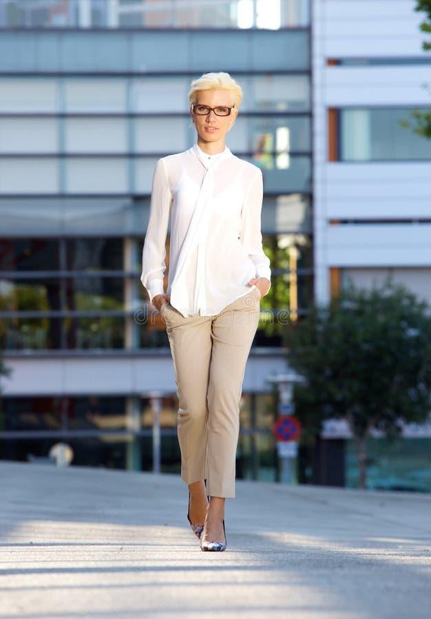 Jeune femme élégante de mode marchant dehors photo stock