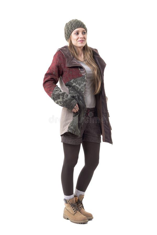 Jeune femme élégante géniale fraîche dans l'habillement chaud d'hiver regardant loin images stock
