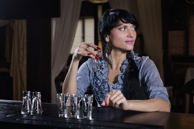 Jeune femme élégante seul buvant à la barre photos stock