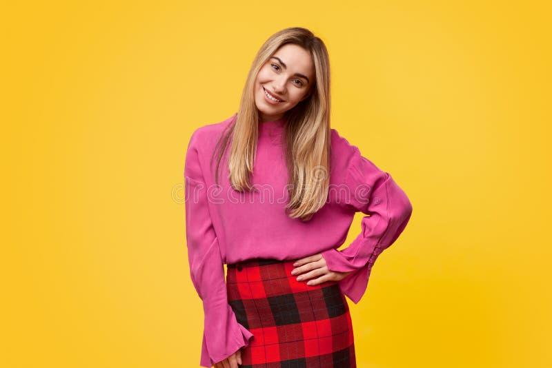 Jeune femme élégante souriant pour la caméra photo libre de droits