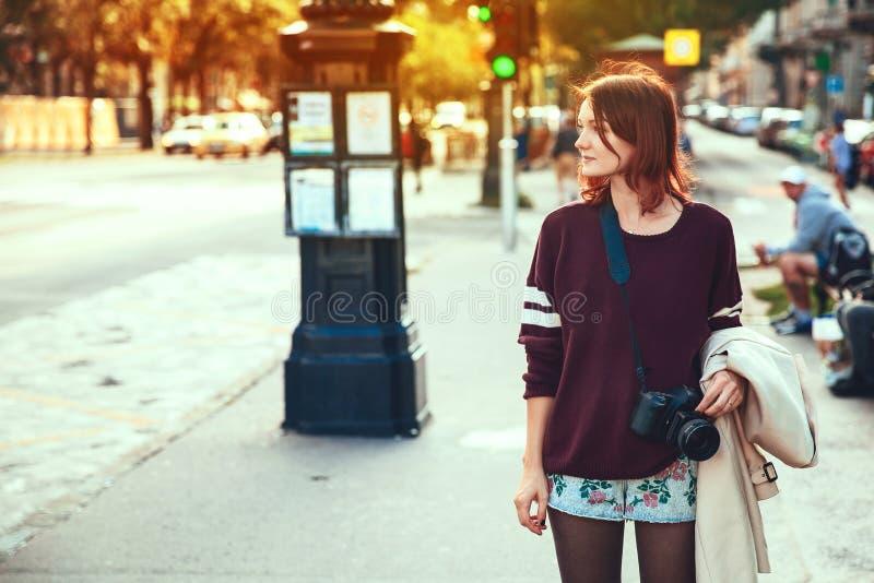 Jeune femme élégante sur le fond de la rue européenne de ville de photos libres de droits