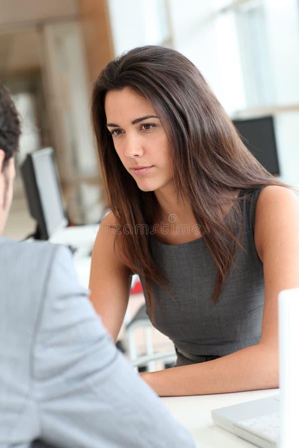 Jeune femme étant interviewée pour un travail image libre de droits