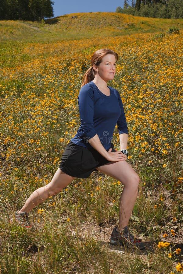 Jeune femme étirant ses muscles de veau. photographie stock