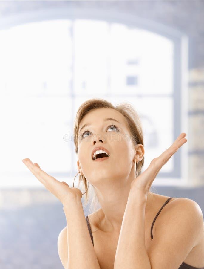 Jeune femme étonné avec la bouche ouverte photo libre de droits
