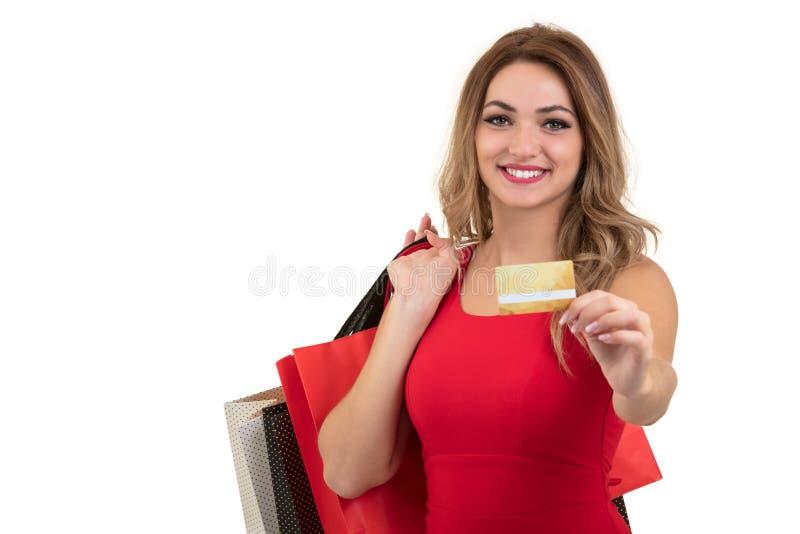Jeune femme étonnée enthousiaste gaie avec la carte de crédit au-dessus du fond blanc photographie stock libre de droits