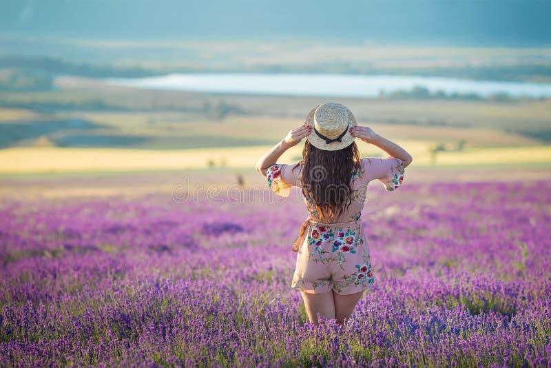 Jeune femme adorable magique dans le domaine de lavande sur la danse de jour d'été et apprécier le temps de la vie avec la puissa photos stock