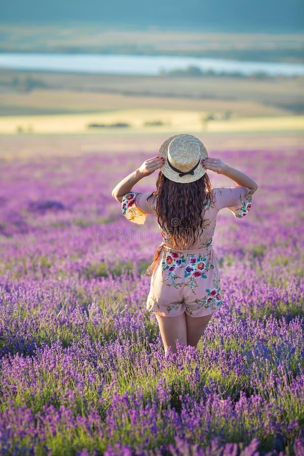Jeune femme adorable magique dans le domaine de lavande sur la danse de jour d'été et apprécier le temps de la vie avec la puissa image libre de droits