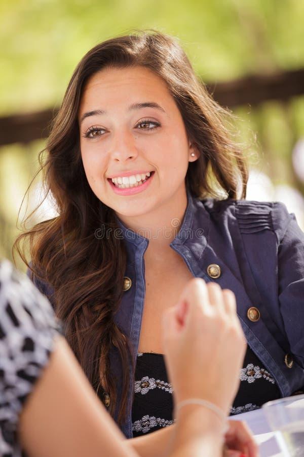 Jeune femme adulte expressive ayant des boissons et parlant avec elle photos stock