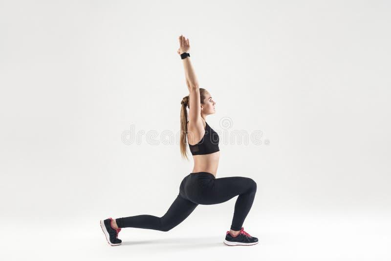Jeune femme adulte faisant des pilates Profil, vue de côté photos libres de droits
