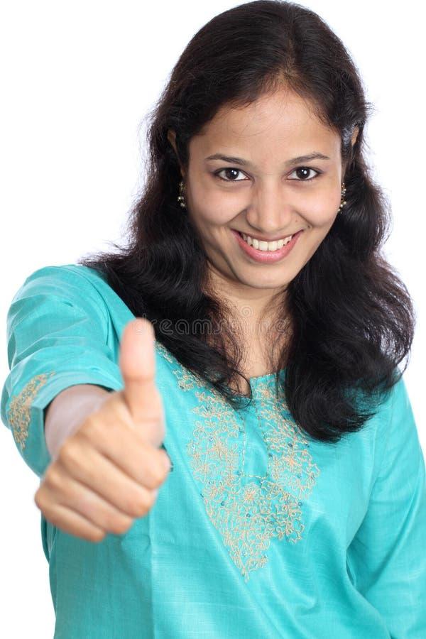 Jeune femme affichant des pouces vers le haut photos libres de droits