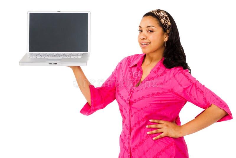 Jeune femme affichant l'ordinateur portatif photographie stock