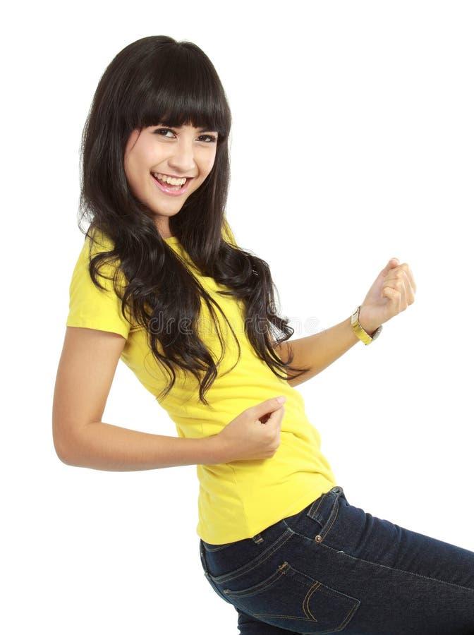 Jeune femme affichant un geste heureux photos libres de droits