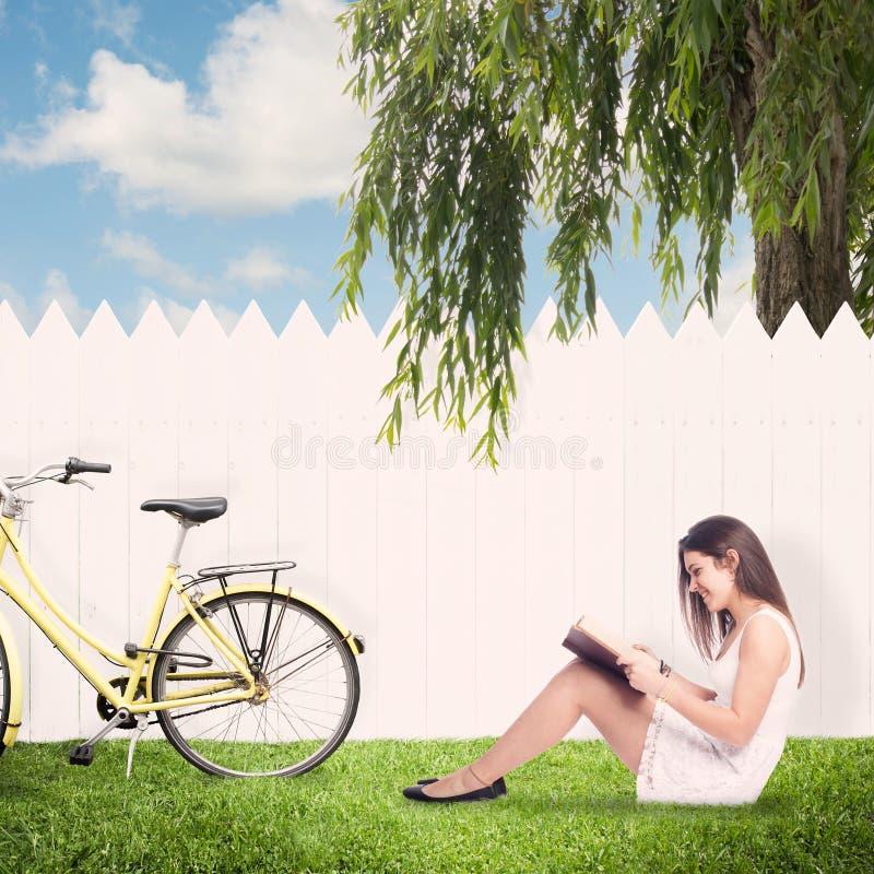 Jeune femme affichant un livre image stock