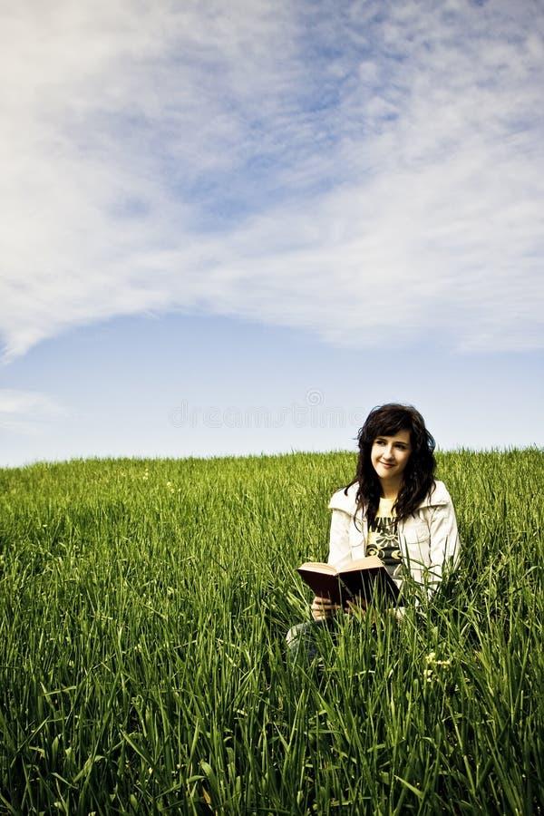 Jeune femme affichant un livre photos libres de droits
