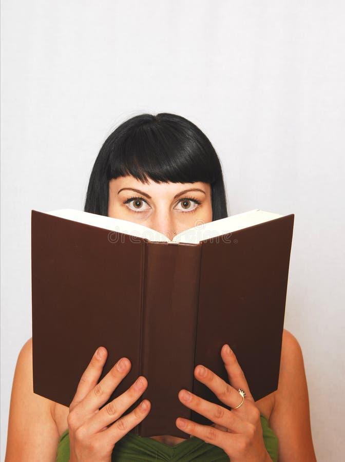 Jeune femme affichant un livre. images stock