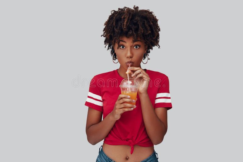 Jeune femme africaine attirante image stock