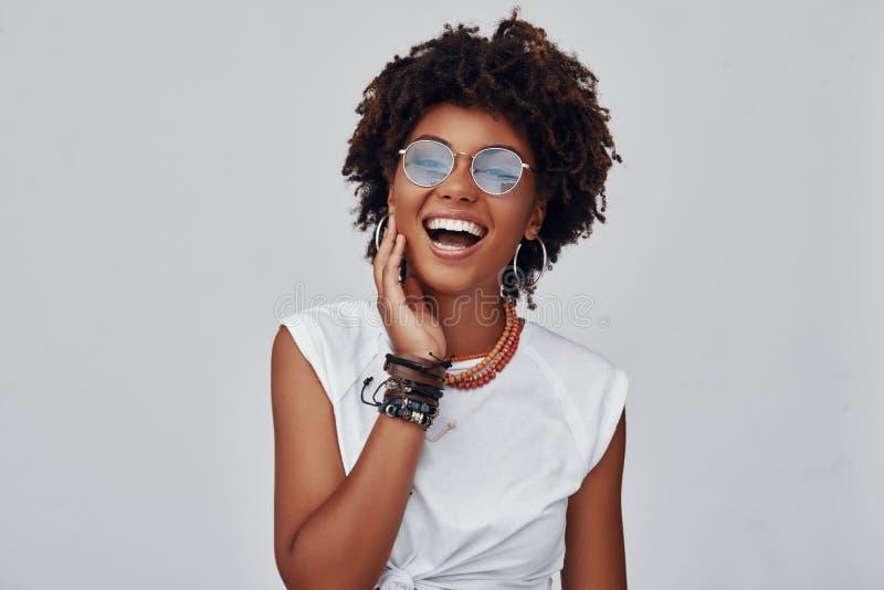 Jeune femme africaine attirante images stock
