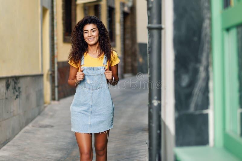 Jeune femme africaine du nord avec la coiffure bouclée noire dehors photo libre de droits