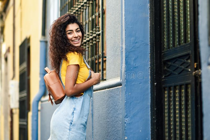 Jeune femme africaine du nord, modèle de mode, dehors image libre de droits