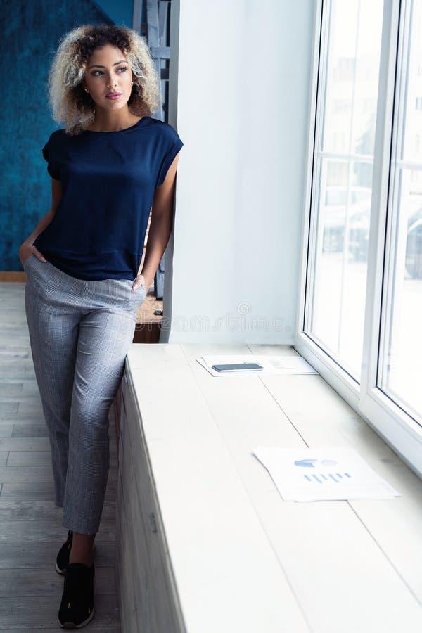 Jeune femme africaine moderne d'affaires dans le bureau avec l'espace de copie photos libres de droits