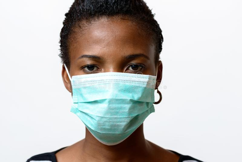 Jeune femme africaine portant un masque protecteur photographie stock