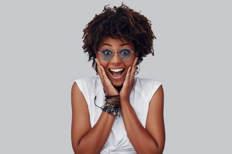 Jeune femme africaine ?tonn?e photo stock