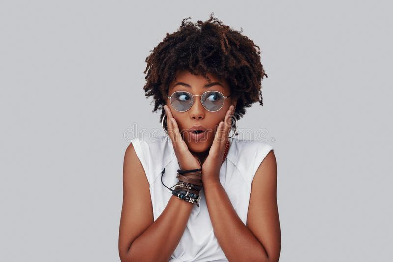 Jeune femme africaine ?tonn?e images stock