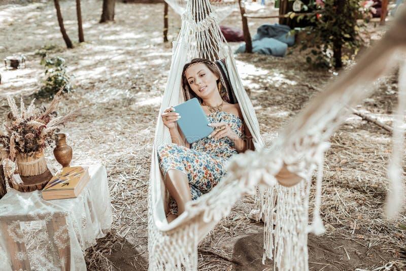 Jeune femme agréable se reposant dans un hamac photos libres de droits