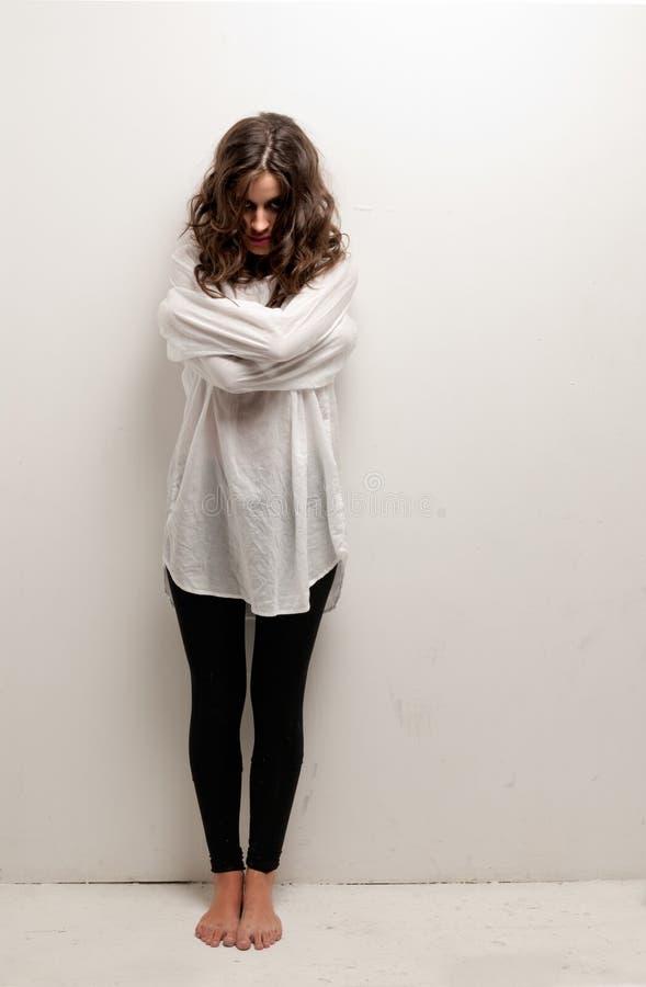 Jeune femme aliéné avec la position de camisole de force photo libre de droits