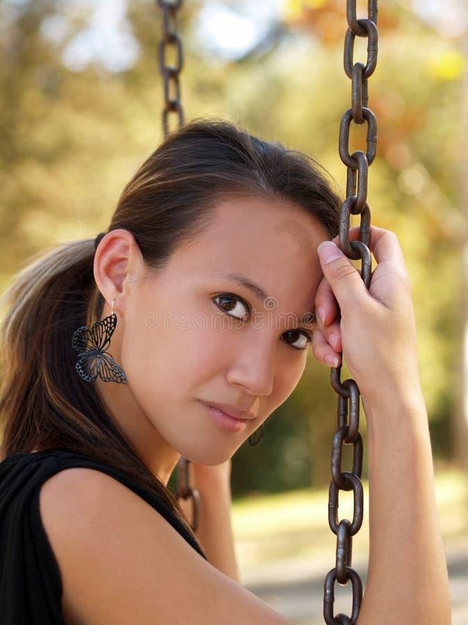 Jeune femme américaine asiatique sur des réseaux d'oscillation image libre de droits