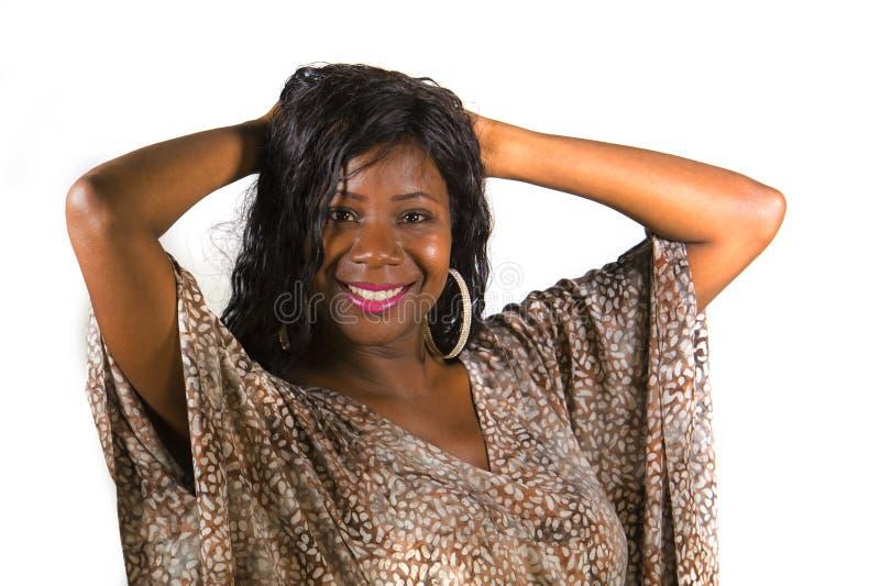 Jeune femme américaine de beau et heureux africain noir dans le sourire exotique frais de robe gai et positif d'isolement sur le  photo libre de droits