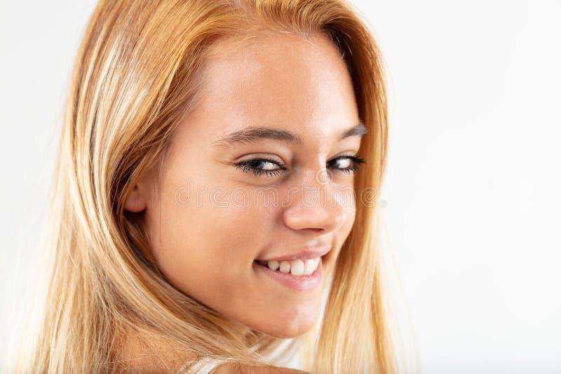 Jeune femme amicale heureuse avec un beau sourire image libre de droits