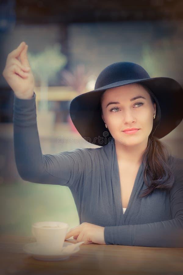 Jeune femme appelle un serveur photo libre de droits