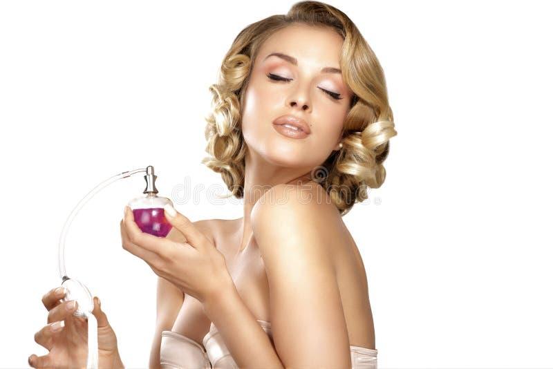 Jeune femme appliquant le parfum sur son espace de cou pour le texte image stock