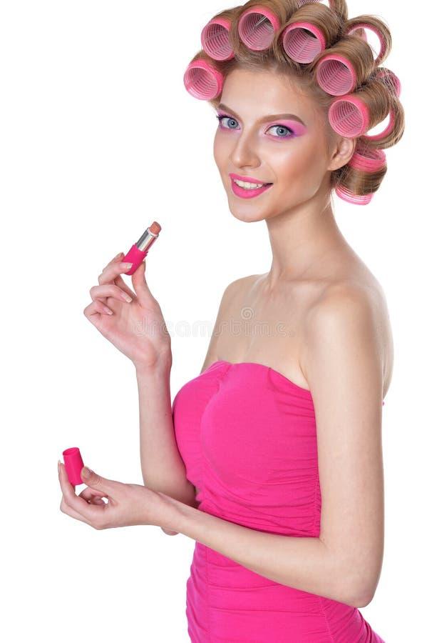 Jeune femme appliquant le rouge à lèvres photos libres de droits