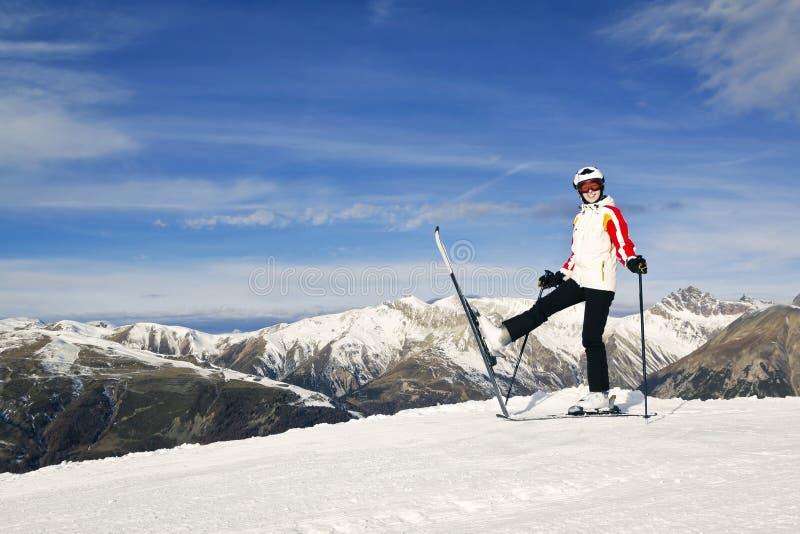 Jeune femme appréciant des sports d'hiver photos libres de droits