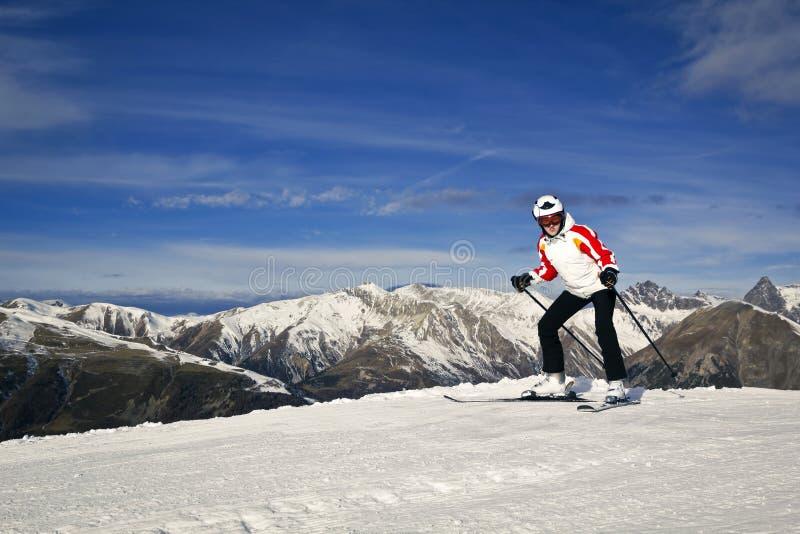 Jeune femme appréciant des sports d'hiver images stock