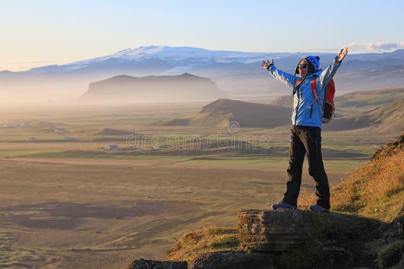 Jeune femme appréciant la beauté du paysage de l'Islande images stock