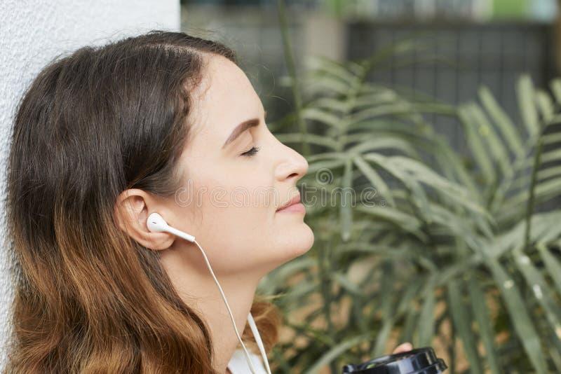 Jeune femme appréciant la bonne musique photos libres de droits