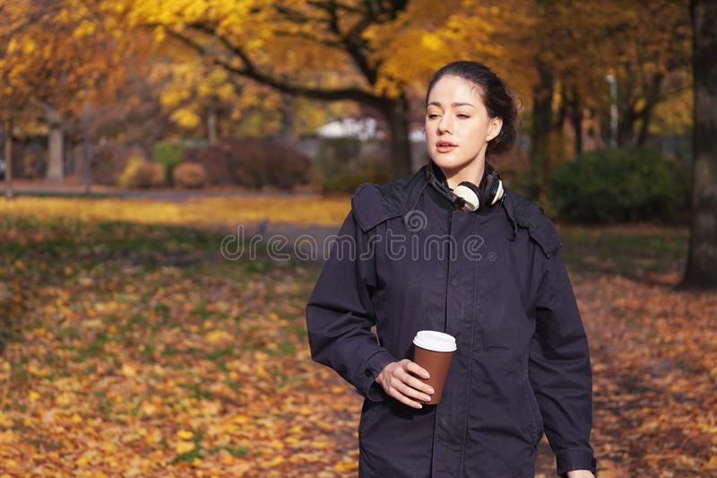 Jeune femme appréciant la promenade par le parc en automne image libre de droits